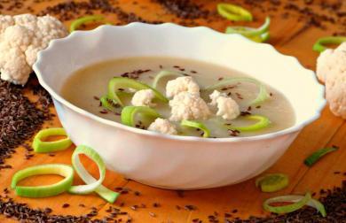 Krémová pórková polévka na kmíně s kořenovou zeleninou bílou ředkví a květákem