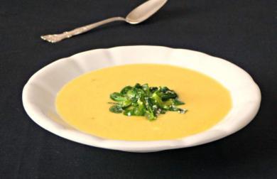 Chřestová polévka s mrkví, bílou ředkví, jarní cibulkou, tymiánem, citronem a mandlovým mlékem