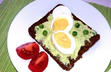 Rychlá hrášková pomazánka s vajíčkem