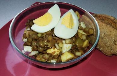 Čočkový salátek s vařeným vejcem