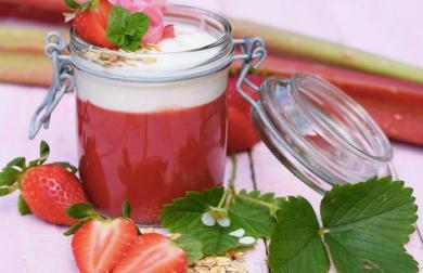 Jahodovo-rebarborová přesnídávka s jogurtem a praženými vločkami