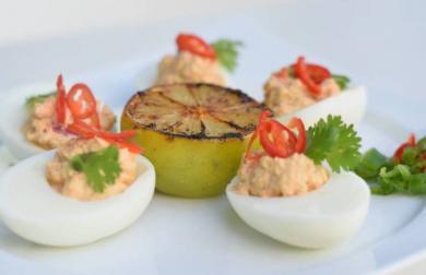 Plněná vajíčka s avokádem a chilli