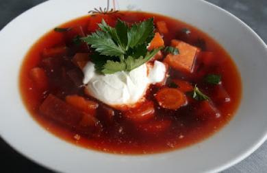 Polévka z červené řepy a kořenové zeleniny
