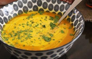 Krémová mrkvovo - hokkaido polievka s červenou šošovicou