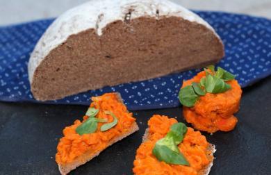 Tmavý teffový chléb s Doves Farm tmavou chlebovou bez lepku, mléka a vajec i kukuřice