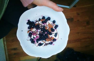 Jogurtová miska s oříšky a borůvkami
