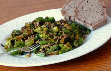 Brokolicová směs s cuketou, pórkem, zelenými fazolkami a semínky