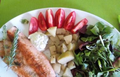 Ryba na bylinkách, kedlubnové brambory a rukolový salátek