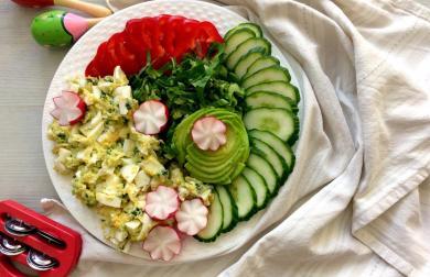 Zeleninový talíř s vaječno-avokádovým salátem