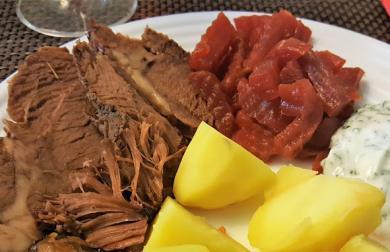 Pomalu pečené hovězí maso