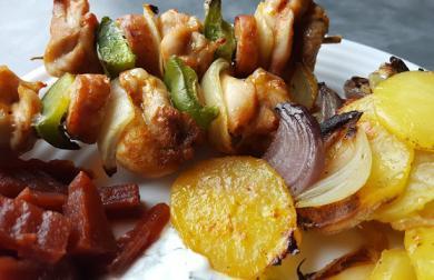 Kuřecí špíz pečený na cibulových bramborách