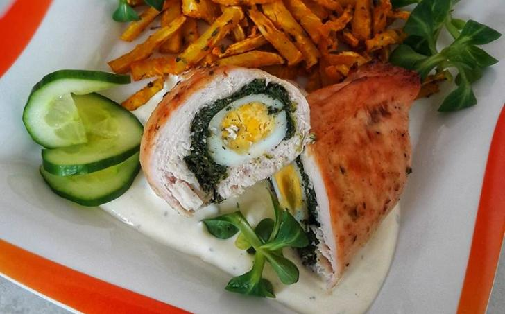 Celerové hranolky, kuřecí maso plněné špenátem a vejcem, omáčka - LC
