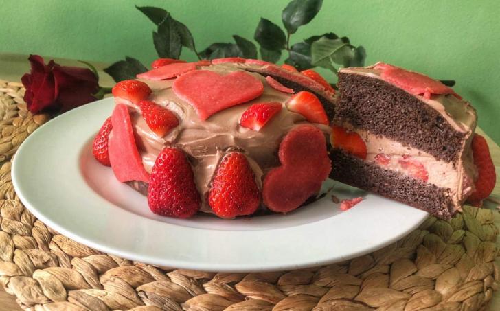 Kakaový dort s termixem, jahodami a marcipánovými srdíčky - LC