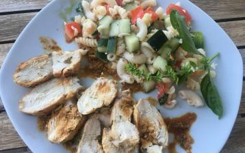 Kuře v marinádě z máty a jogurtu s těstovinovým salátem
