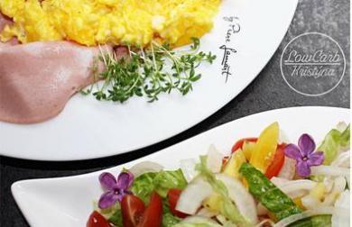 Míchaná vajíčka s mortadelou a cibulovým salátkem - LC