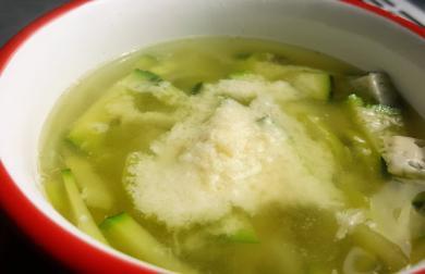 Rychlá zeleninová polévka s dvěma druhy sýra