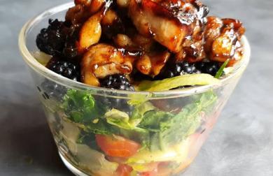 Salátová miska s medovým kuřetem