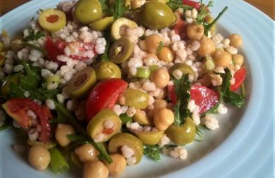 Svěží salát z čiroku s rukolou a olivami