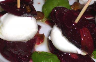 Pečené plátky červené řepy s mozarellou a bazalkou
